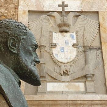 Busto y escudo de Carlos V
