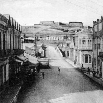 Calle Cándido Lobera. A la derecha el edificio de El Telegrama del Rif