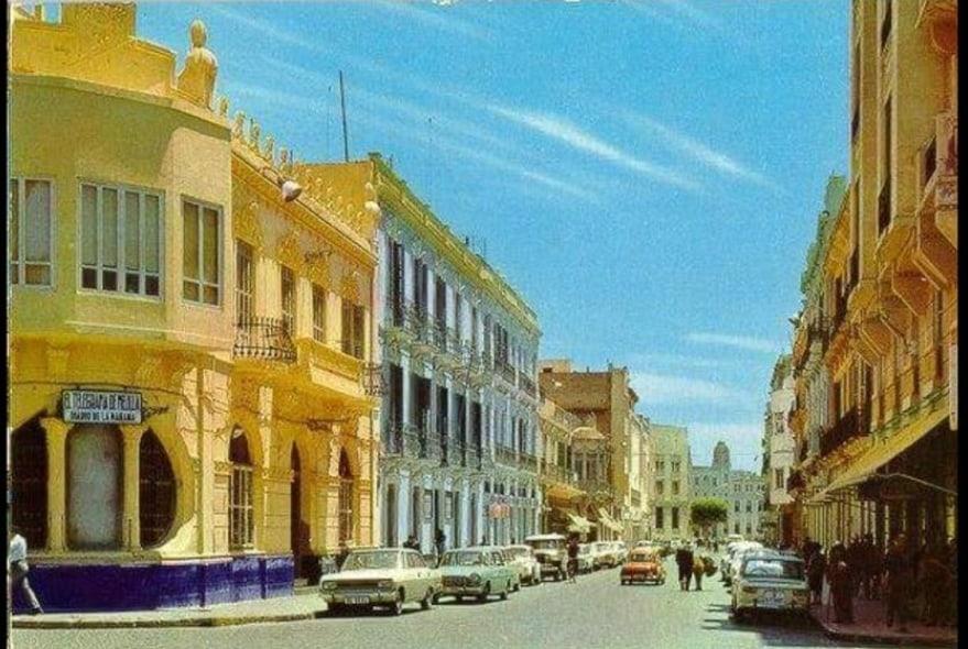 Calle Ejército Español, en primer término el edificio de El Telegrama del Rif