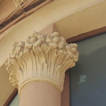 Decoración floral en el capitel de la columna