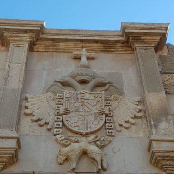 Escudo de Carlos V en la Puerta de Santiago