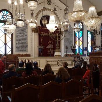 Interior de la Sinagoga durante una visita cultural