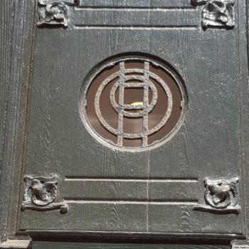 Detalle puerta de acceso al edificio