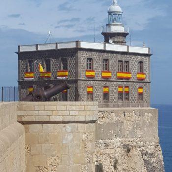 Faro engalanado con la bandera española