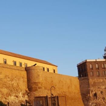 Faro y Hospital del Rey desde el espaldón del puerto