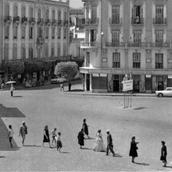 Plaza Comandante Benítez . Al fondo los bajos del edificio