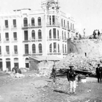 Derrumbe de la Torre Santa Bárbara en 1911. Actual emplazamiento del banco