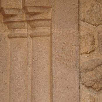 Firma del ingeniero en la entrada al Panteón
