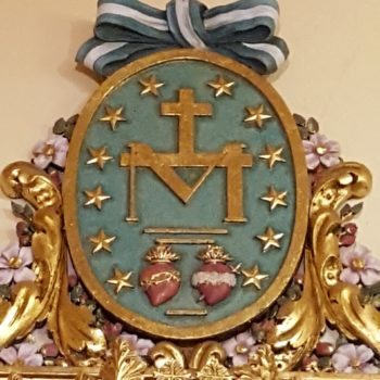 Parroquia de la Medalla Milagrosa. Detalle de la medalla en el Altar dedicado a la Titular de la Parroquia