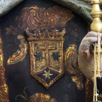 Virgen del Carmen. Detalle del escudo carmelita. Fotografía de Miguel Gómez Bernardi.