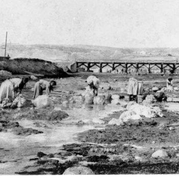 Mujeres lavando en el río